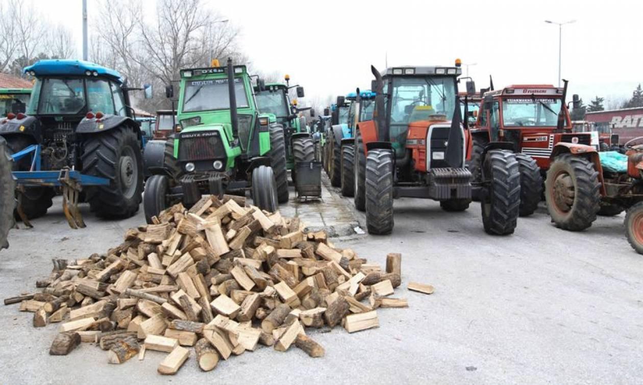 Ασφαλιστικό - Αγρότες στα μπλόκα της Βορείου Ελλάδος: «Δεν το κουνάμε από εδώ»!