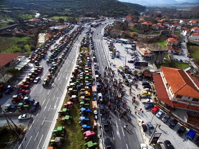 Έκοψαν την Ελλάδα στα δύο οι αγρότες - Μπλακ άουτ σε Εθνικές Οδούς και τελωνεία