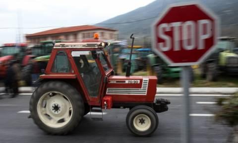 Έκοψαν την Ελλάδα στα δύο οι αγρότες - Μπλακ άουτ σε Εθνικές Οδούς και τελωνεία (photos-video)