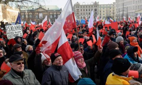 Πολωνία: Χιλιάδες διαδηλωτές στους δρόμους εναντίον του Κατσίνσκι