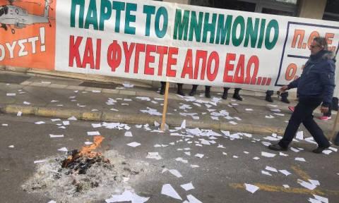 Ένας χρόνος ΣΥΡΙΖΑ: Μέλη της ΠΟΕ - ΟΤΑ «έσκισαν» τα μνημόνια στην Κουμουνδούρου (pics+vid)-