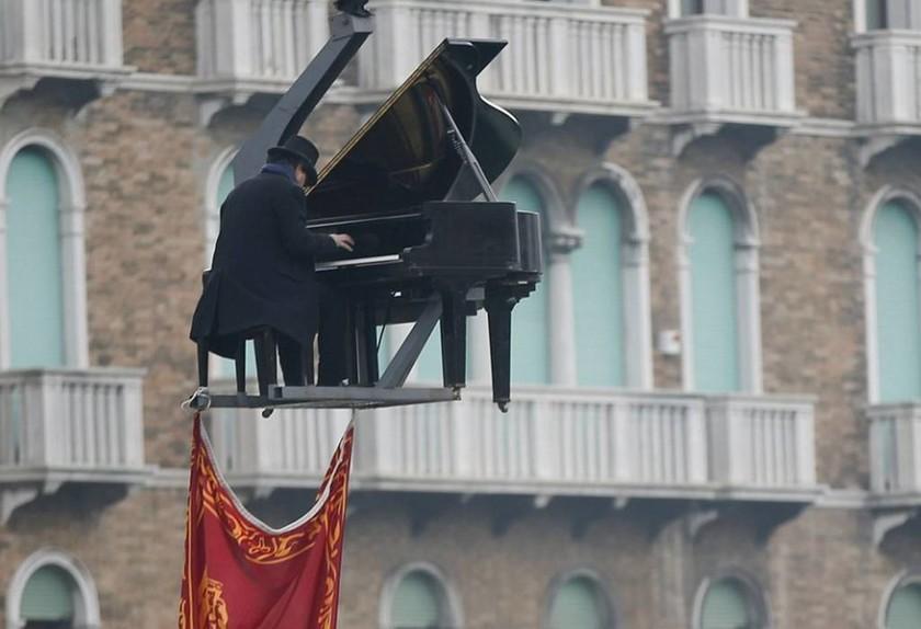 Φαντασμαγορικό σόου για την έναρξη του καρναβαλιού στην Βενετία (pics+vid)