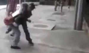 Ινδονησία: Ο νταής του σχολείου βρήκε... τον δάσκαλό του! (video)