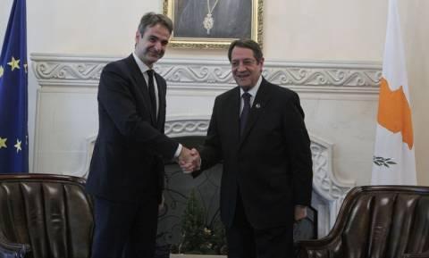 Κυπριακό και οικονομία στις επαφές Μητσοτάκη στην Κύπρο