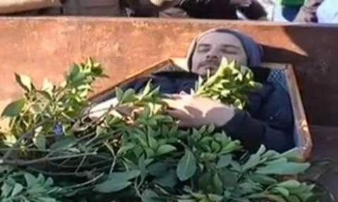 Και ξαφνικά όλοι «πάγωσαν» - Έκαναν την κηδεία ενός αγρότη και ο «νεκρός»… αναστήθηκε (video)