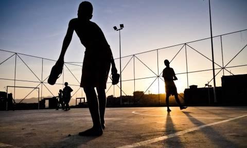 Η φωτογραφία που πρέπει να δει κάθε άνδρας που έπαιζε μικρός μπάλα (photo)