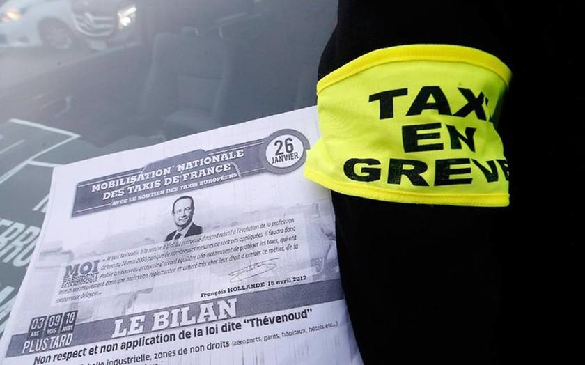Χάος στο Παρίσι: Οδηγοί ταξί κλείνουν δρόμους, καίνε λάστιχα και πετούν φωτοβολίδες (pics+vids)