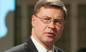 Ντομπρόβσκις: Η Κομισιόν δεν συνδέει την ελάφρυνση του ελληνικού χρέους με τη Σένγκεν