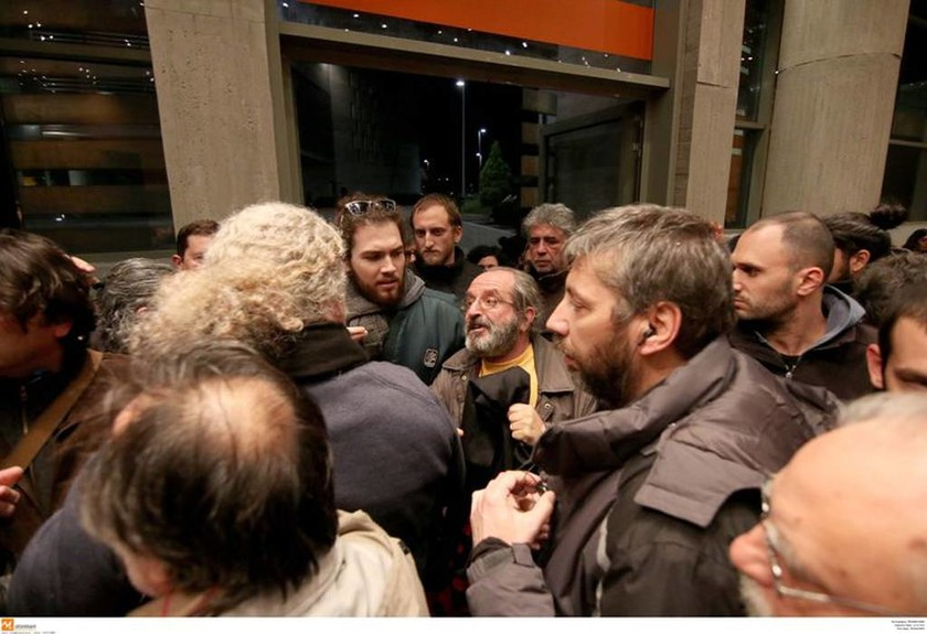 Χαμός στη Θεσσαλονίκη: Ο Μουζάλας έβρισε διαδηλωτή και άναψε τσιγάρο (photo)