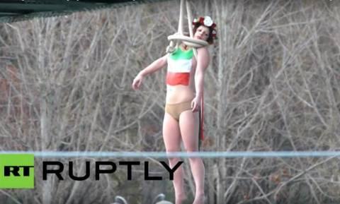 Οι FEMEN ξαναχτυπούν: Γυμνή διαμαρτυρία εναντίον του Ιρανού Προέδρου στο Παρίσι (Vid)
