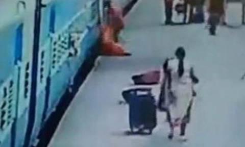 Σοκαριστικό βίντεο: Σκοτώθηκε ενώ κατέβαινε από κινούμενο τρένο