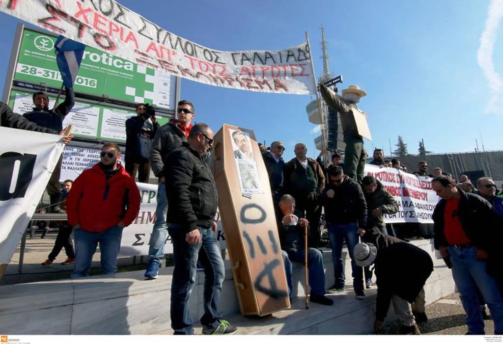 Στην Agrotica οι εξαγριωμένοι αγρότες - Τα τρακτέρ «έκοψαν» στα δύο την Ελλάδα