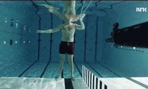 Πείραμα που κόβει την ανάσα: Αυτοπυροβολήθηκε μέσα στο νερό και δείτε τι έπαθε! (video)