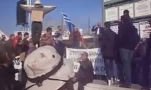 Επεισόδια Θεσσαλονίκη: Καρέ – καρέ οι διαδηλώσεις έξω από το Βελλίδειο