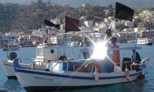 Ασφαλιστικό: Με μαύρες σημαίες στα καΐκια τους διαμαρτυρήθηκαν οι αλιείς (video)