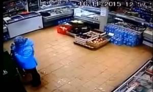 Βίντεο – σοκ: Μητέρα χτυπά άγρια το παιδί της γιατί δεν είχε λεφτά στην τράπεζα