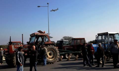 Μπλόκα αγροτών: Αυξάνεται η πίεση στην κυβέρνηση - Μαζικοί αποκλεισμοί των δρόμων