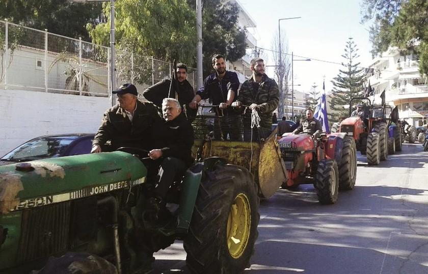Ρέθυμνο: Έριξαν γάλα και έκαψαν σημαίες του ΣΥΡΙΖΑ στα γραφεία του κόμματος (pics)