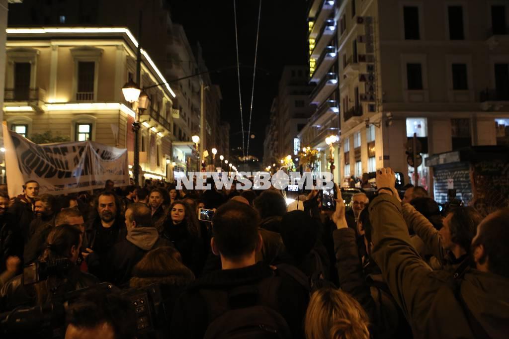 Συγκέντρωση διαμαρτυρίας έξω από το Εθνικό Θέατρο