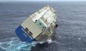 Επικίνδυνη κλίση φορτηγού πλοίου εν μέσω θαλασσοταραχής στον Ατλαντικό (vid)