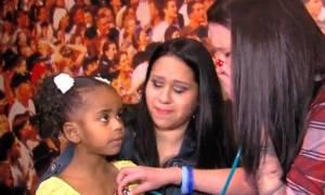 Ξεσπά σε λυγμούς ακούγοντας την καρδιά του νεκρού παιδιού της σε 4χρονο κορίτσι (vid)