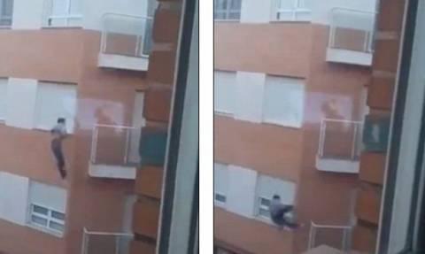 Βίντεο σοκ: Πήγε να μπει σπίτι του από το παράθυρο και έπεσε στο κενό από τον 4ο όροφο!