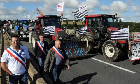 Στους δρόμους και τα τρακτέρ της Γαλλίας - Στήνουν μπλόκα σε πολλές περιοχές