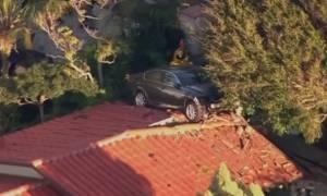 Τι γυρεύει ένα αυτοκίνητο πάνω σε μία στέγη; (video)