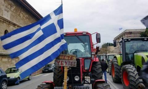 Τα τρακτέρ «πολιορκούν» το Μαξίμου - Μπλόκα αγροτών σε λιμάνια, αεροδρόμια και εθνικές οδούς