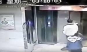 Κλώτσησε την πόρτα του ασανσέρ και... δείτε τι έπαθε! (vid)