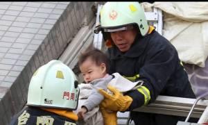 Δραματική διάσωση μωρού από τα συντρίμμια κτιρίου στην Ταιβάν (photos)