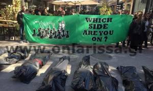 Συγκλονιστική διαμαρτυρία για τους μετανάστες - Γέμισαν το κέντρο της Λάρισας  με «πτώματα» (pics)