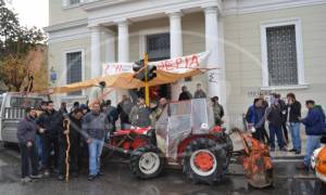 Χανιά: Αγρότες απέκλεισαν την είσοδο του κτιρίου της Τράπεζας Ελλάδος