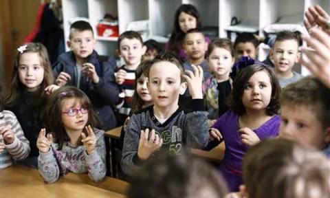 Ολόκληρη τάξη μαθητών δημοτικού έμαθε τη νοηματική για να επικοινωνεί με συμμαθητή τους (pics)
