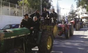 Ρέθυμνο: Αγρότες απέκλεισαν το κτήριο της ΔΟΥ