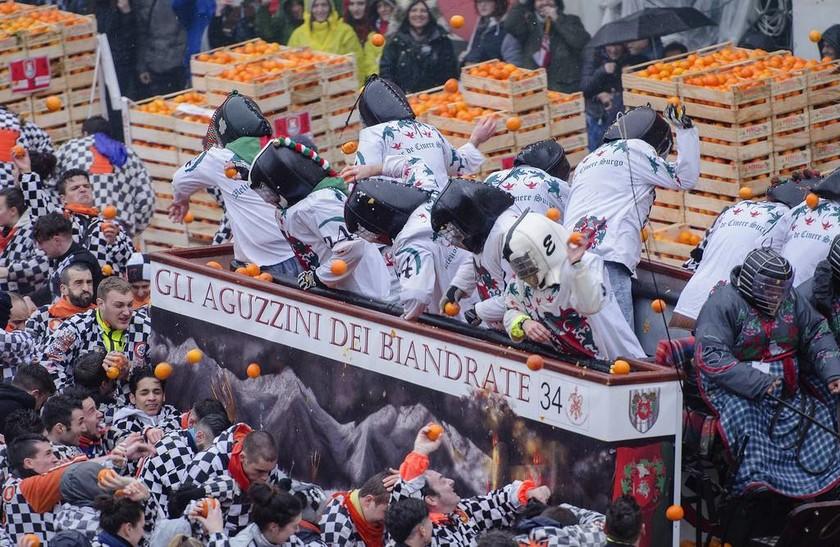 Η επική μάχη των πορτοκαλιών στην Ιταλία σε εικόνες