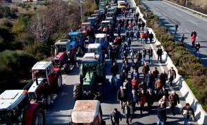 Μπλόκα αγροτών: Έκλεισαν και τους παράδρομους στη Λάρισα