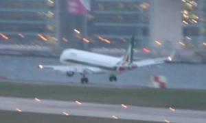 Συγκλονιστικό βίντεο: Πιλότος αναγκάζεται να ματαιώσει προσγείωση λόγω ισχυρών ανέμων