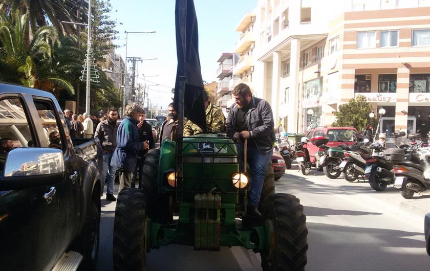 Ρέθυμνο: Πορεία με γουρούνια στο κέντρο της πόλης έκαναν οι αγρότες (pics&vids)