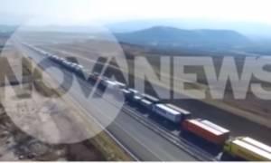 Η ατέλειωτη ουρά των φορτηγών στον Προμαχώνα από ψηλά (video)