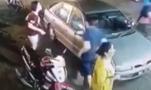 Μοτοσικλετιστής με ματσέτα σπέρνει τον τρόμο σε εστιατόριο (video)