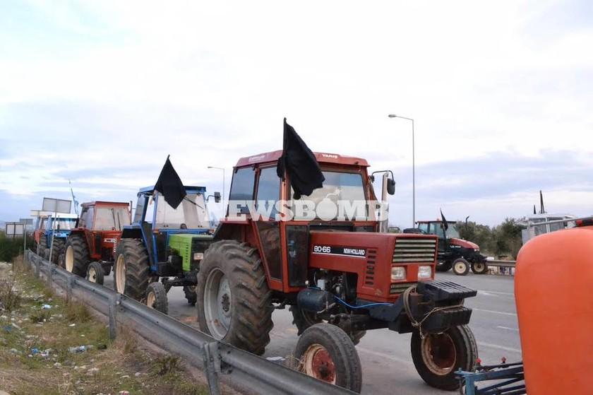 Αγροτικές στην Αθήνα: Καθιστική διαμαρτυρία στον κόμβο Μαρκοπούλου – Κορωπίου