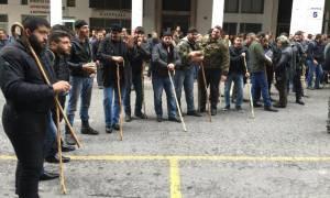 ΤΩΡΑ: Οι αγρότες της Κρήτης πολιορκούν το υπουργείο Αγροτικής Ανάπτυξης (photos)