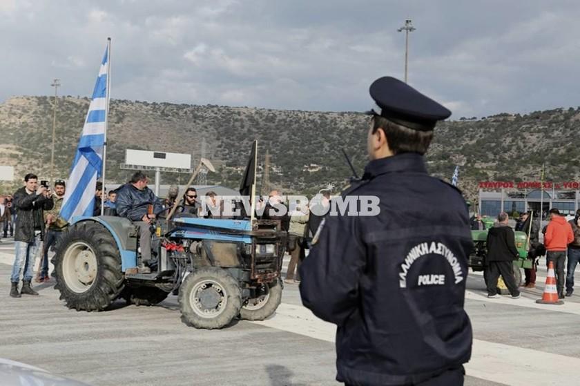 Αγρότες: Άναψαν φωτιές στα διόδια της Κορίνθου - Δηλώνουν αποφασισμένοι να περάσουν (photos)