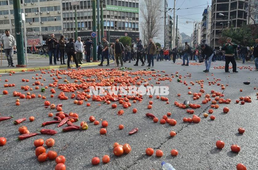 Απίστευτες εικόνες: Αγρότες της Κρήτης πήραν στο κυνήγι τα ΜΑΤ και τα... έδιωξαν! (pics+vid)
