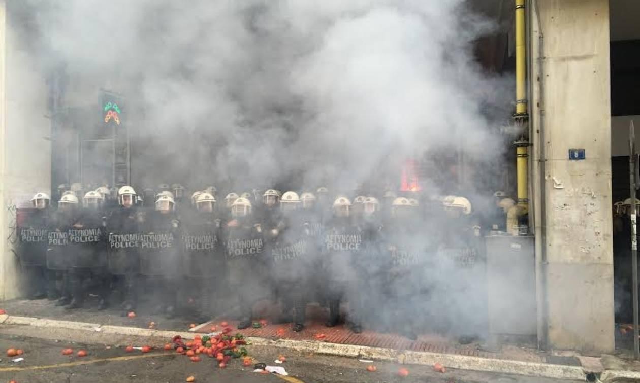 Ένταση στο υπουργείο Αγροτικής Ανάπτυξης - Αγρότες πέταξαν καπνογόνα στα ΜΑΤ (pics+vid)
