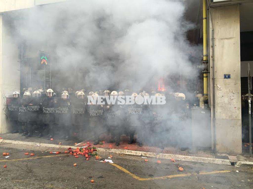 ΕΚΤΑΚΤΟ: Ένταση στο υπουργείο Αγροτικής Ανάπτυξης – Πετούν καπνογόνα στα ΜΑΤ