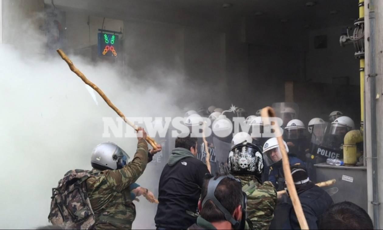 Αγρότες LIVE στην Αθήνα: Μάχη αγροτών και ΜΑΤ με κατσούνες και δακρυγόνα