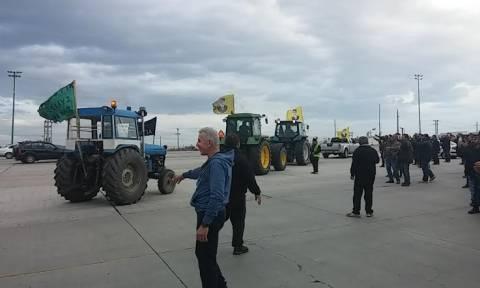 Αγρότες: Φτάνουν στο Σύνταγμα 20 τρακτέρ από τα μπλόκα Νίκαιας και Κάστρου! (pics+vid)