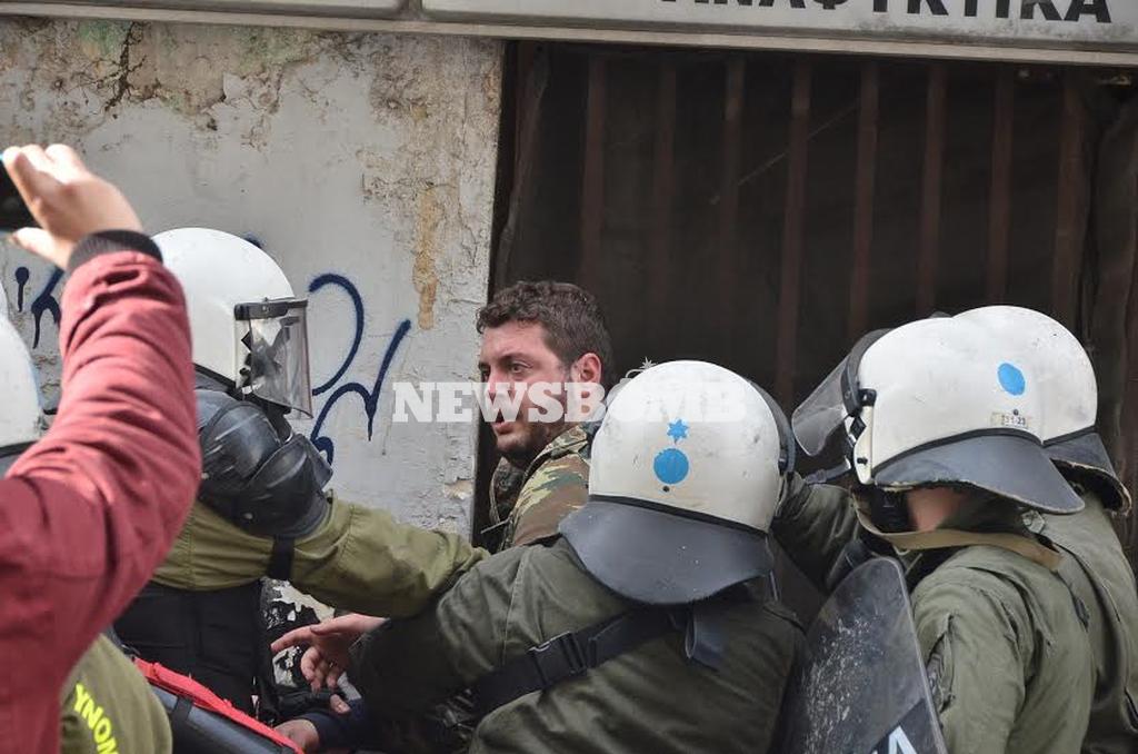 Αγρότες στην Αθήνα: Τέσσερις προσαγωγές για τα επεισόδια μπροστά στο υπουργείο Αγροτικής Ανάπτυξης